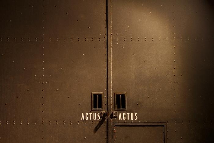 築40年以上の倉庫を改装したインテリアショップ「ACTUS」の広島店が、宇品海岸にあります。