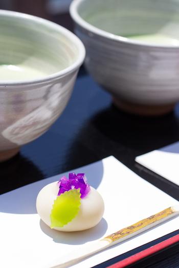 メニューはお抹茶と一緒に上生菓子やお饅頭を味わえる「お抹茶セット」。上生菓子の種類は季節によって変わるため、自然の移ろいを感じながら頂くのにぴったりです♪