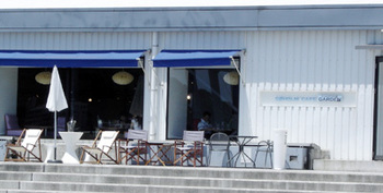 """ACTUSの店内に併設されている「SOHOLM CAFE(スーホルムカフェ)」は、デンマーク語で""""湖のほとりの小さな町""""という意味なのだそう。買い物の合間に、ランチやカフェなど気軽に利用することができます。"""