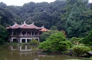御苑内には歴史的な建造物がいくつも建設されています。こちらはそのうちの一つである「旧御涼亭」(きゅうごりょうてい)。昭和天皇のご成婚時に建てられたもので、国内でも珍しい中国風の建造物です。