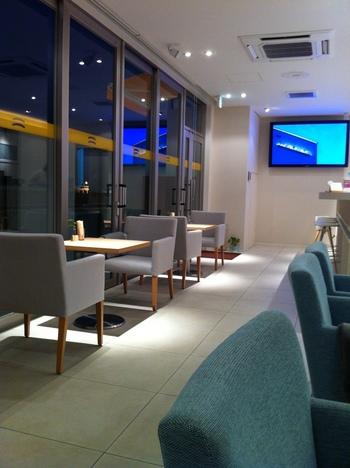 店内は、海岸沿いのカフェらしい、白と水色でトータルデザインされた爽やかな空間。