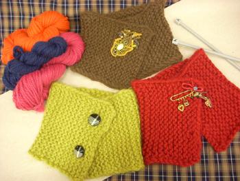 色とりどりのミニマフラー。 ちょっとずつお気に入りの色の毛糸を買えるから、こんな素敵に仕上がりました。 日本の毛糸とはちょっと違うこの色あいがドログリーの魅力。