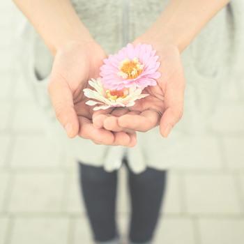 「照れくさい」「態度で気付いてほしい」そんな理由で、つい「ありがとう」を言いそびれてしまっていませんか?いくら相手が分かっていたとしても、言葉にするとしないとでは、与える印象は大違いです。みんなが幸せになるのだから、恥ずかしがらずにどんどん使っていきたいですね。