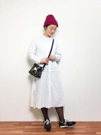 ふんわり可愛らしい白ワンピも、鮮やかなニット帽と合わせればモダンな雰囲気。