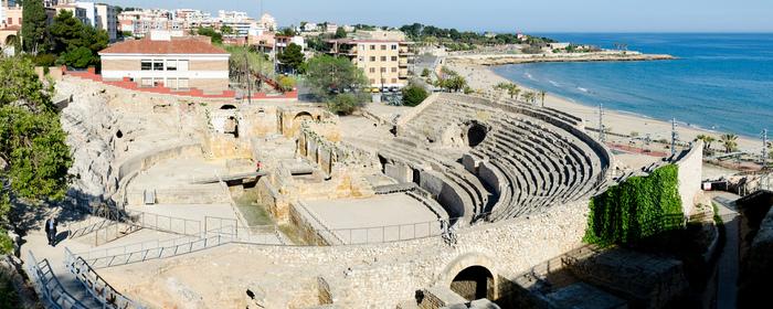 """街のいたるところにローマ時代の遺跡が残っていますが、なかでも地中海をのぞむ""""円形闘技場""""の美しさは格別。ハドリアヌスもこの景色を愉しんだのかも…と想像するだけでワクワクします。"""
