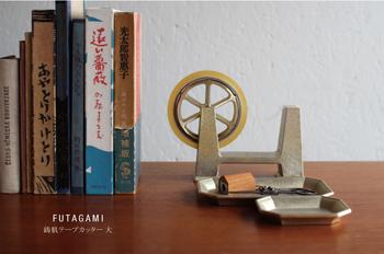明治時代から続く鋳物メーカー・二上が、デザイナーの大治将典氏とタッグを組んだブランド「FUTAGAMI(フタガミ)」。銅と亜鉛の合金である真鍮を使うと、事務的になりがちなセロハンテープホルダーが、こんなにスタイリッシュになります。