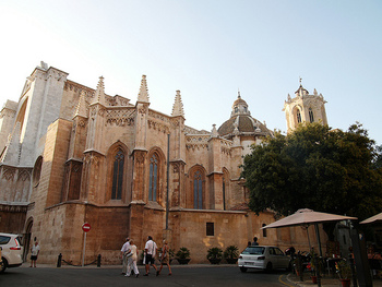バルセロナから電車で約1時間。地中海沿いの美しい町「タラゴナ」。ローマ時代はイベリア半島最大の町として栄えていました。ハドリアヌスも第1回視察旅行の際に立ち寄ったとか。 現在でも、町のあちらこちらにローマ時代の遺跡が残っています。画像は12世紀に建設が始まったタラゴナ大聖堂。ローマ時代のジュピター神殿の上に建てられているそうです。