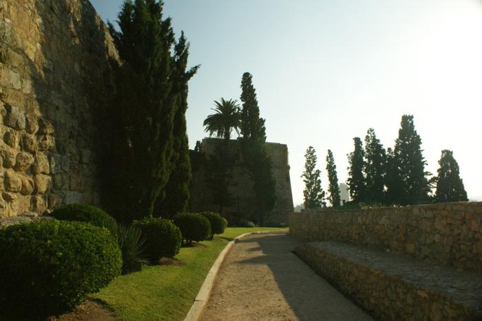 ローマ時代の城壁に沿って続く「考古学の散歩道」。周囲に広がるタラゴナの郊外を眺めならがゆっくりと歩くのも気持ちよさそうですね。