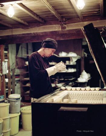焼き物の産地岐阜県土岐市にある作業場。 山に囲まれた小さな小さな小屋から生まれる素晴らしい作品の数々。