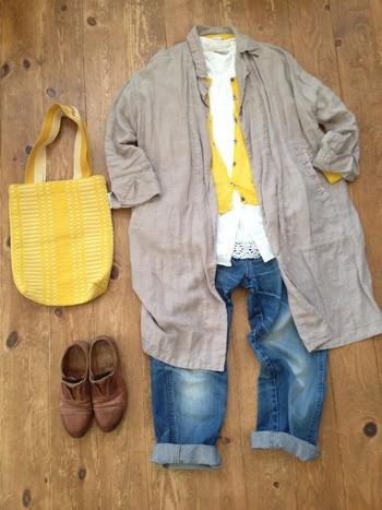春色イエローをインナーとバッグに取り入れて。季節を感じられるカラーは、マンネリ防止に積極的に使いたいところです。