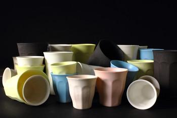 デュラカップは毎日使える食事に馴染む形。 触ると不思議、スベスベしているんです。 青木さんは陶器の質感が嫌いでこのスベスベにこだわっているそうです。