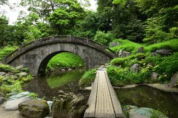 園内には琵琶湖や京都嵐山の大堰川などを模した水の名所があり、小さな橋がいくつも架けられています。江戸時代に行われた改修は水戸黄門でおなじみの水戸光圀が手がけており、計画に参加した一人と言われている儒学者・朱舜水の影響によって、中国風の雰囲気も感じられる造りになっています。