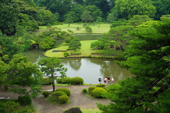 小石川後楽園と並んで江戸の二大庭園とされていた「六義園」(りくぎえん)。徳川綱吉の側用人であった柳沢吉保が自ら設計した庭園として知られています。場所はJR山手線・東京メトロ南北線の駒込駅から徒歩7分。中の島のある大泉水を中心とした、緑豊かな日本庭園です。