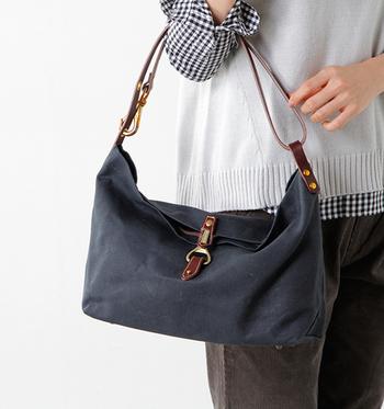 シンプルな形ですが、底部に付けられたボタンや、バック内に縫い付けられた内袋、長さを自由に変えられるストラップ等、細部に繊細な気配りがなされています。