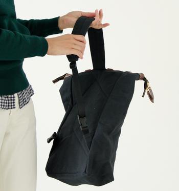 背部に付けられたショルダーストラップは、左右の肩で使えるように設計されています。