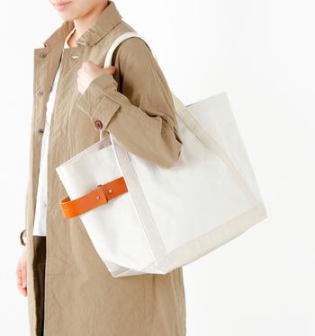 生成りにオレンジのベルトがアクセントになったトートバッグは、「マリンディ」の定番バッグ'TENDER'。大型トートバッグの使い道は様々。旅行や買物、スポーツバックとしても活用しても。