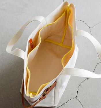 このトートバッグは、外見はシンプルでスッキリとしていますが、内側にはポケットが並んでいて、使い勝手良く設計されています。