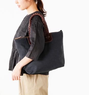 """レザー使いが上品で大人っぽい""""crown""""。持ち手は編みこまれたレザーなのでしなやかな感触です。 マチがしっかりあって荷物もたくさん入るので、普段の買い物から宿泊旅行まで、用途は沢山。"""
