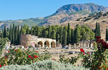 パムッカレの丘の上にあるのが世界遺産『ヒエラポリス遺跡』。ハドリアヌスが整備したと伝えられています。