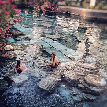 温泉として楽しむならパムッカレの「アンティーク・プール(ANTIQUE POOL」がおすすめ。温泉プールの下に沈んでいるのは、なんとローマ時代の遺跡そのもの!底に沈む遺跡を眺めながら温泉を楽しむことができます。