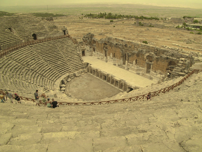 ヒエラポリス遺跡の中でも特に良好な状態で保存されているのが、206年に完成した円形劇場。かなり傾斜がきついのが特徴です。