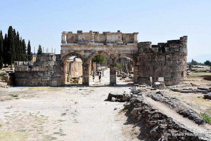 83年に建設されたローマ様式の門「ドミティアン門」。ヒエラポリスを貫くメインストリートの北の入り口に立っています。建設当時の姿を残しているとのことですから、きっとハドリアヌスも通り抜けたことでしょう。