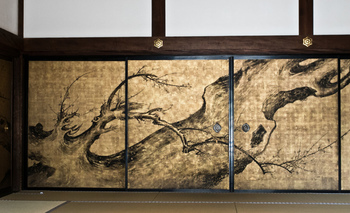 方丈の南側、西に面した「梅の間」には、ダイナミックに描かれた老梅の襖絵「老梅の図」を観ることができます。維明周奎(いみょう しゅうけい)筆によるもの。維明は相国寺第百十五世住職でした。伊藤若冲に画を学び、梅と鶏の図を得意としました。
