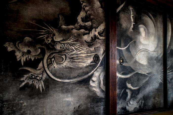 今にも襖絵から飛び出しそうな迫力ある龍の表情です。