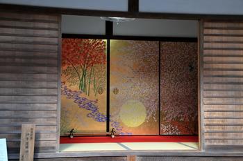 圓光寺の金の襖です。四季それぞれの美しい風景を襖に閉じ込めた「四季草花図」。