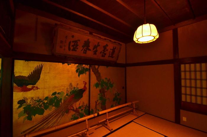 揚屋建築唯一の遺構として重文指定され、絢爛豪華な雰囲気が随所に残ります。この松の間は大宴会場として使われ、当時の華やかさを今に感じさせる佇まいです。「金地桐に鳳凰図」と題された襖絵が素晴らしいですね。