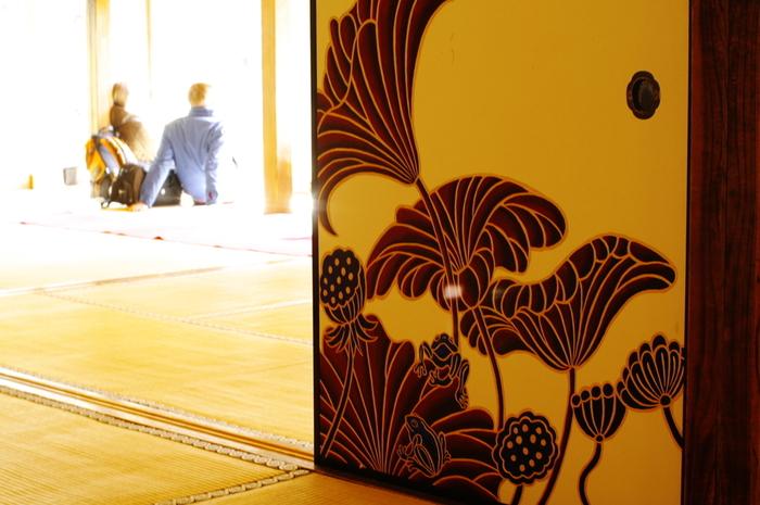 蓮と蛙など、まるでテキスタイルデザインのような大きな花や葉が大胆にモダンに調和しています。60面もの蓮は、その部屋ごとに様々な表情を見せています。こちらは、落ち着いたブラウンを基調とした蓮。