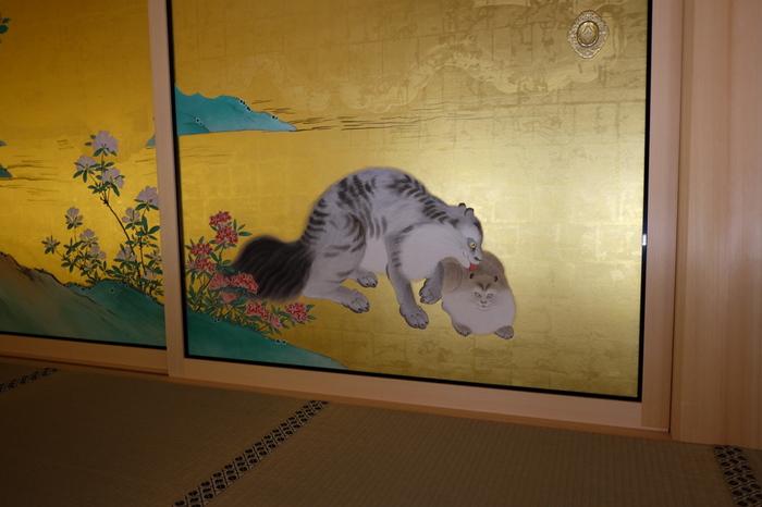 戯れる猫でしょうか・・・デフォルメされた不思議な動物たち。