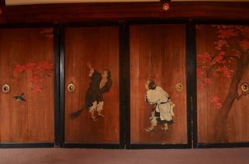 泉涌寺御座所廊下の杉板戸・・・伝説的な風狂(中国仏教)の僧、寒山(かんざん)と拾得(じっとく)が紅葉を眺めている様子が描かれています。杉板素材の襖絵には紙素材とは違った趣がありますね。 必要に応じて間と間を仕切り、開けば開放感ある広間になる。日本独自の「襖」は、優れた機能性室内建具であり、その意匠は芸術的。私たち日本人はこの独特な空間の中で生きてきたのです。素敵だと思いませんか?