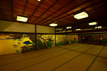 院内講堂の美しい襖絵。手前が紅葉、奥が桜。講堂自体は落雷によって焼失し1995年に建て直されました。国宝である襖絵は宝物館に収蔵されていたため奇跡的に焼失が免れました。