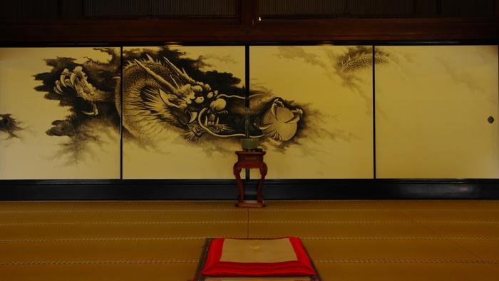 建長寺龍王殿(方丈)・・・こちらは中国出身の水墨画家・白浪氏による襖絵です。モノトーンだけで表現される美しさ。雲間に現れる龍。効果的な余白の使い方が素晴らしいですね。鋭い眼光と爪に射抜かれそうな龍の姿は圧巻です。