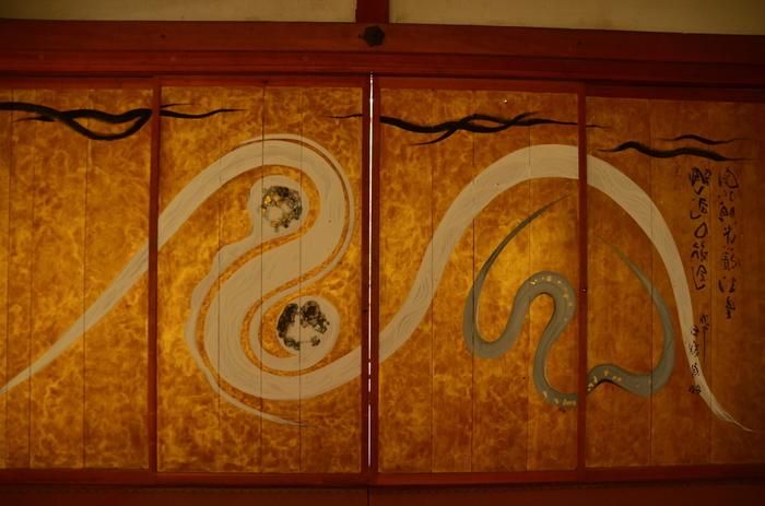 桜の名所でもある常照皇寺、方丈の板戸に描かれた琳派の画風です。立ち込める雲か吹き荒れる風か、どこか前衛的な抽象性を感じさせます。