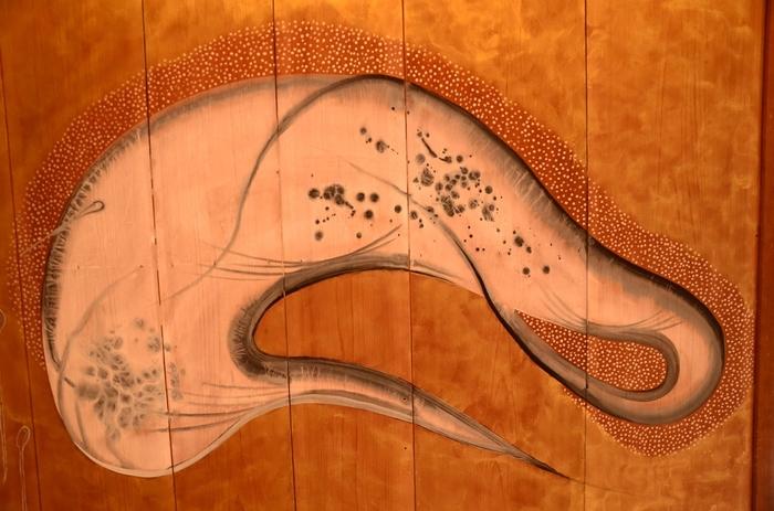 """この襖絵は、""""白鷺""""の姿をを抽象化して描いており、一時期の琳派の画風だそうです。なんだかとってもユニークですね。"""