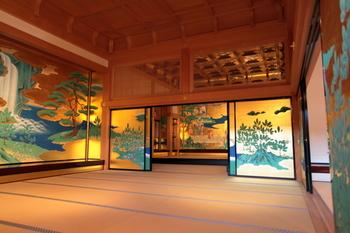 熊本城本丸御殿の大広間。その先にある輝く金箔が豪華絢爛な「若松之間」です。