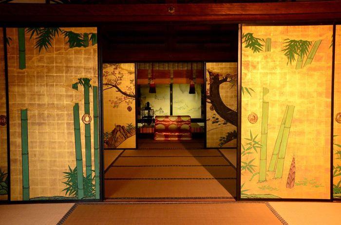 歴代の天皇や皇族の門跡寺院であり、嵯峨御所として知られています。室内の装飾は雅な美しさです。