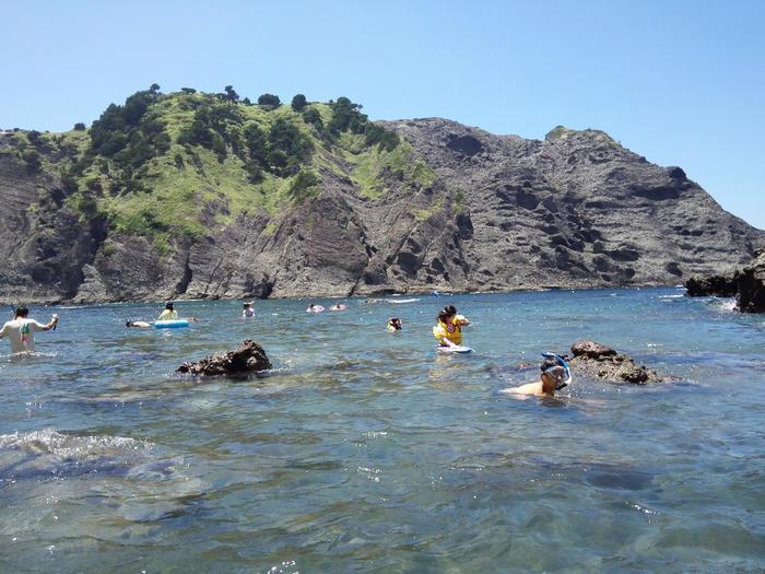 「ヒリゾ浜」の周囲は開発されていないので、ありのままの自然が残っています。崖や岩などに囲まれており、アドベンチャー気分も味わえますよ♪