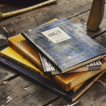 お気に入りの本だって、表紙を洋書風にリメイクすれば、立派なインテリアに。いらなくなった雑誌は、思い切って色を塗っちゃいましょう。ステッカーを貼るだけで、オシャレな洋書に大変身!やすりでこすると破れやすいので、注意してくださいね。