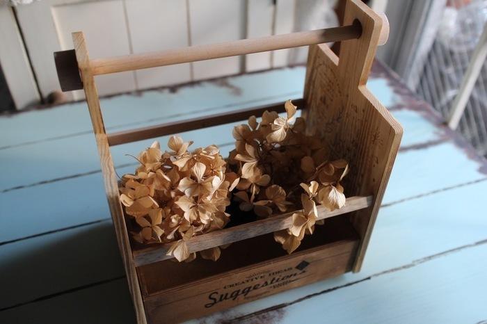 カッテイングボードとウッドボックスを組み合わせれば、かわいい取っ手付きのボックスが作れます。植物を入れて飾ったり、筒を入れてカトラリーケースとして食卓に運んだりと、活躍してくれそうです。