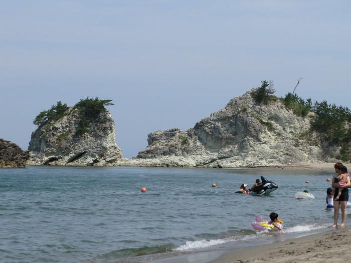 間瀬海岸のシンボルが「間瀬の白岩」。火山による噴出物が幾重にも積み重なって造られた凝灰岩です。