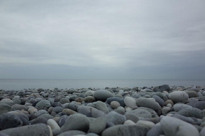 「ヒスイ海岸(宮崎・境海岸)」は、砂浜でなく砂利からなる海岸。東西約4kmにわたって、砂利の浜辺が広がります。