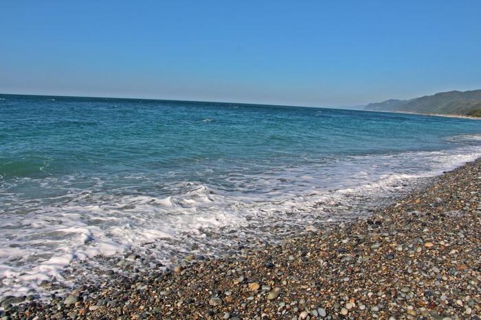 砂利浜の向こうには、「日本の渚・百選」にも選ばれたエメラルドグリーンの海が果てしなく続きます。