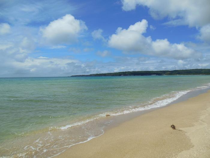 「増穂浦海岸」は、石川県の能登半島にあるビーチ。日本海に面しており、約4kmにわたって白浜が続いています。
