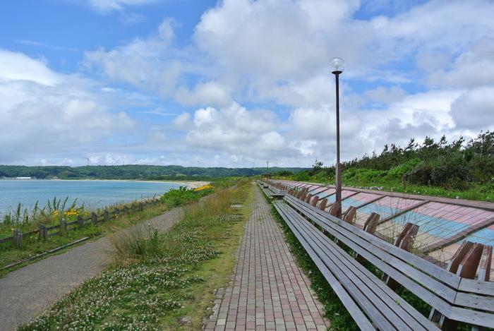 海岸には、ギネスブックに登録されたことがある全長約460mの「世界一長いベンチ」も。「増穂浦海岸」は、夕陽が綺麗なスポットとしても有名です。