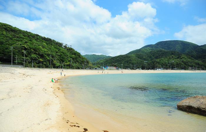 「水晶浜海水浴場」は、福井県の「敦賀半島(つるがはんとう)」にあります。日本の水泳場55選にも選ばれた、まさに楽園と呼ぶに相応しいビーチ。水晶浜という名称も、とっても素敵ですね☆