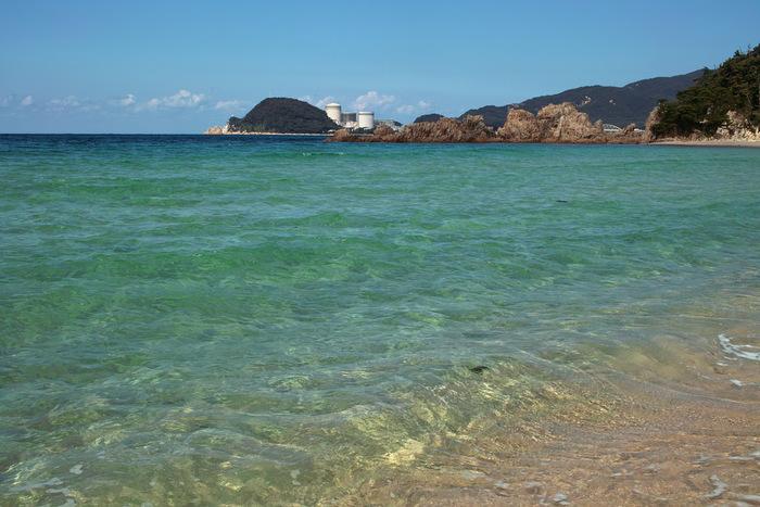 水晶という名の通り、透明度の高い海が広がります。上から見下ろすと、海で泳いでいるお魚がみえますよ♪