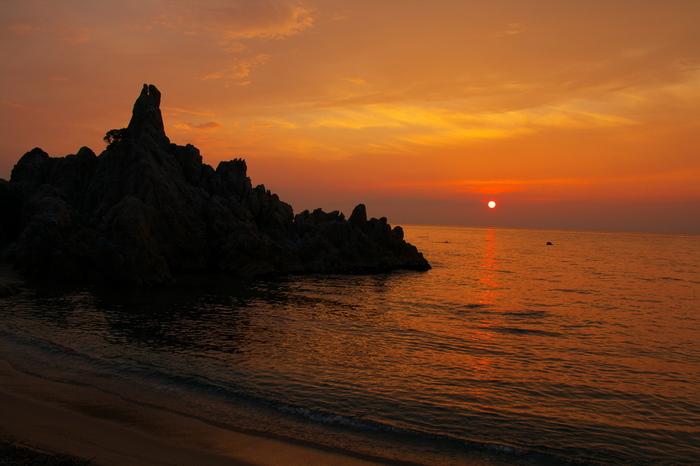 夜には、美しいサンセットビーチが現れます。海に沈んでいく夕陽を眺めていると、日頃の悩みがちっぽけに思えてきますね。